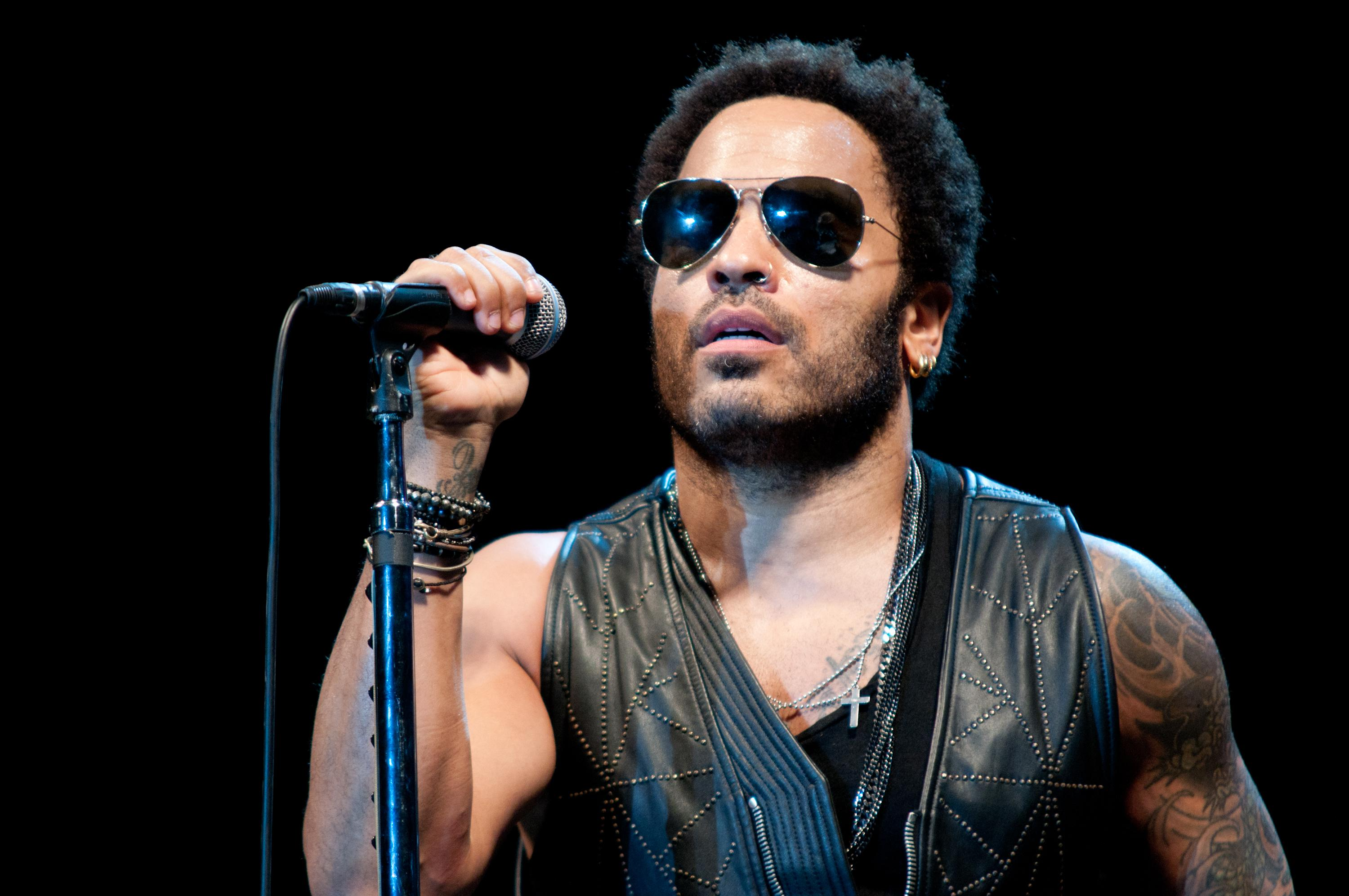 Oh No!! Lenny Kravitz Flashes His Male Part To The World ...